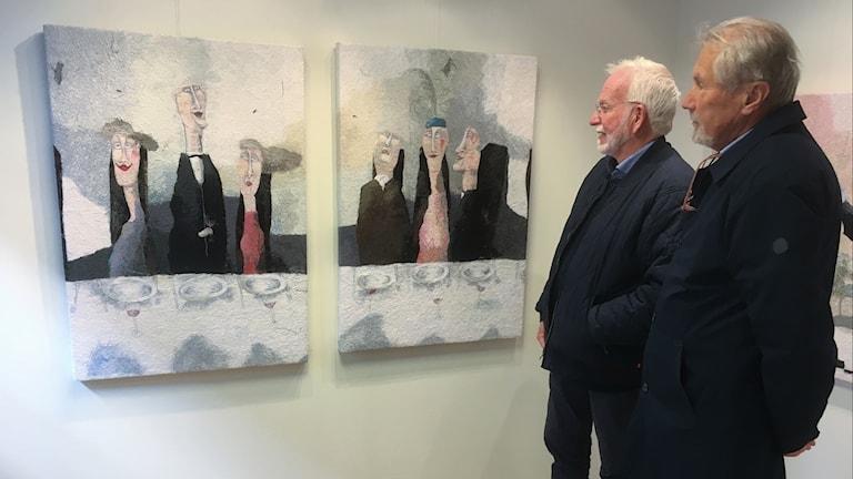 Lennart Humula och Bjarne Linder betraktar Annlis Krüger.