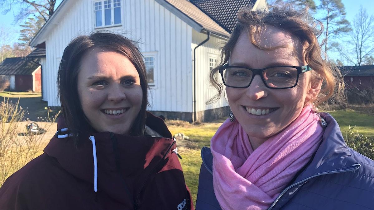 Två kvinnor på bild framför ett hus. Foto: Therese Wahlgren/Sveriges Radio.