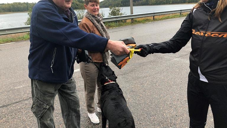 I Nösslinge: Bo Börjesson skänker en slant och höjer Lisas blodsocker med en kexchoklad