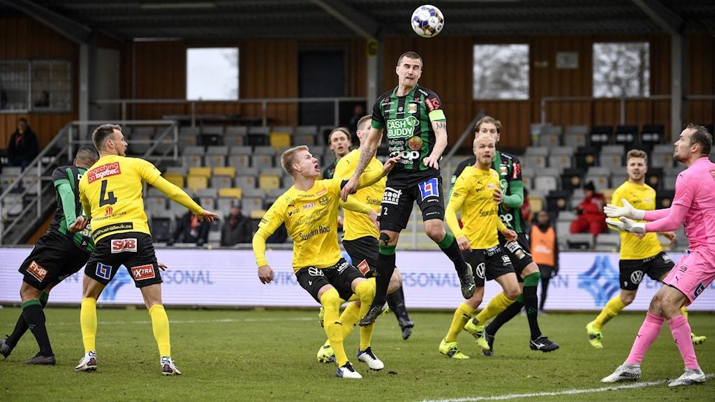 Varbergs Jon Birkfeldt når högst under söndagens fotbollsmatch i allsvenskan mellan Mjällby AIF och Varberg BoIS FC på Strandvallen.  Foto Johan Nilsson / TT