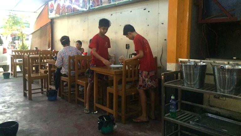 Pojkar som jobbar i teshop i Rangoon. Foto: Anna Carlsson/Sveriges Radio