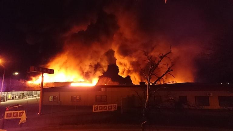 Två byggnader totalförstördes i branden i Falkenberg.