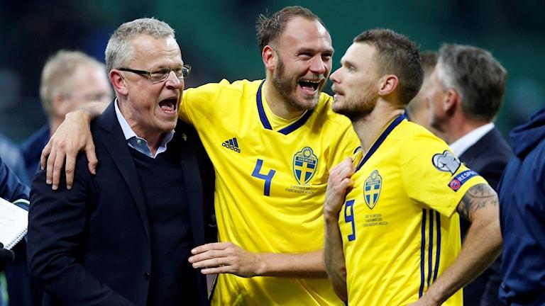 Janne Andersson jublar med Andreas Granqvist och Marcus Berg.