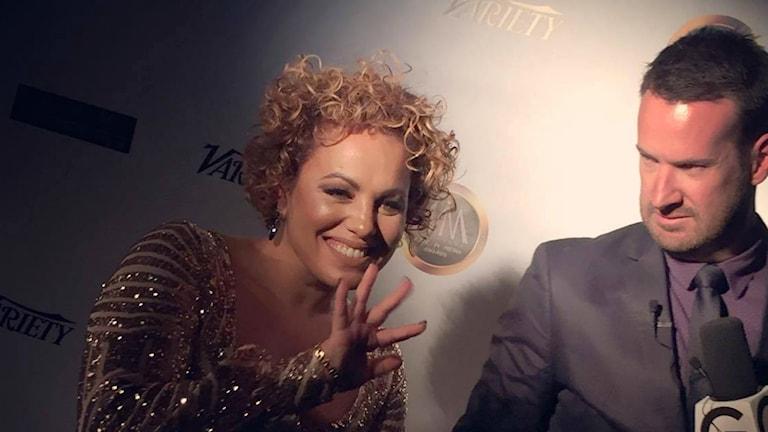 Laila Adèle blir intervjuad och hälsar på publiken på röda mattan i Hollywood.