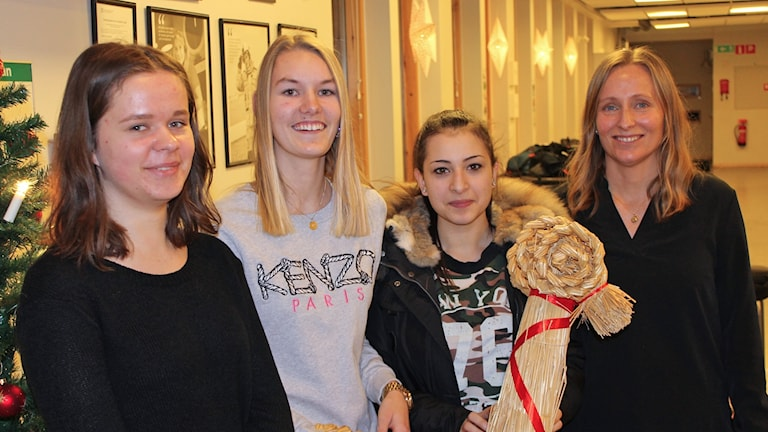 Drottning Blanka-eleverna Hanna Axelsson, Ellen Åberg och Saloa Abou tillsammans med läraren Susanne Danielsson.