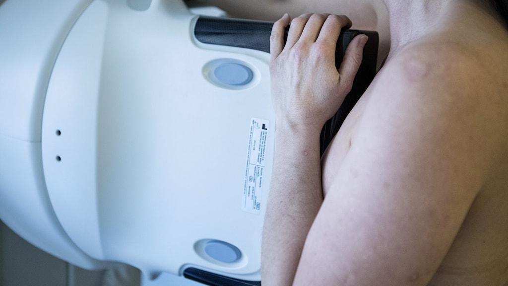 En kvinna gör mammografi.