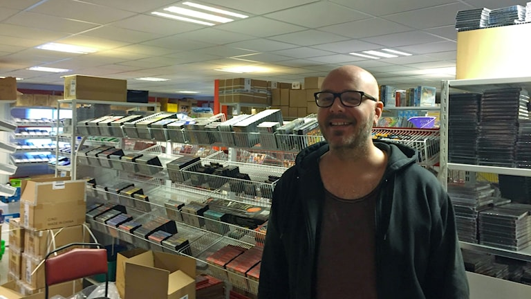 PostNords senaste rapport visar att svenskar hittills har handlat för 3,5 miljarder på nätet. Något som märks av i lagret på Retrospelsbutiken där Tomas Bellmyr.