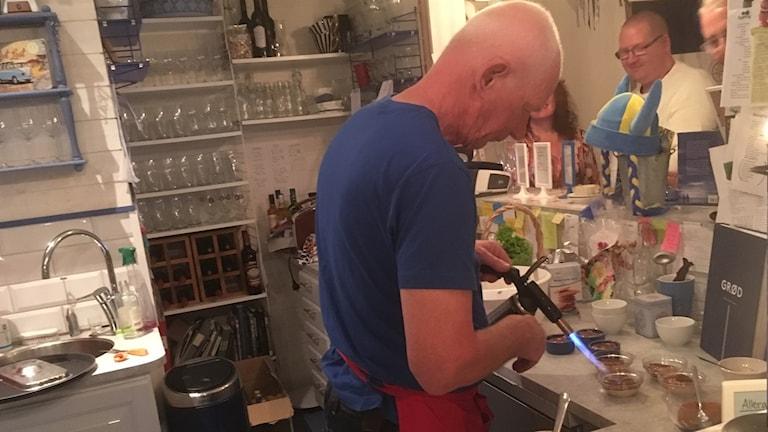 Grötmästaren Per Carlssom bränner av sin dessertgröt.