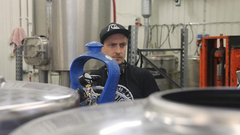 Mikrobryggaren Daniel Svensson driver Odd Island Brewing i Fjärås.