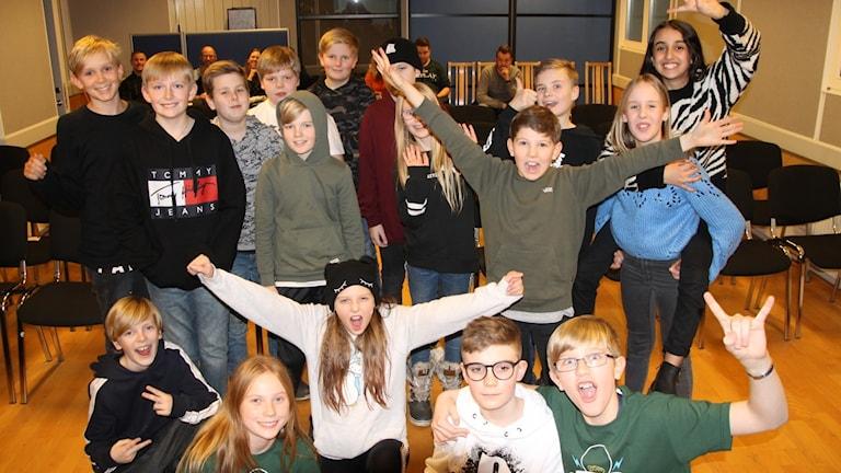 Eleverna från Almersskolan hurrar efter vinsten i Vi i femman.