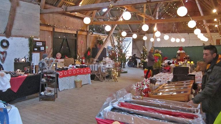 Sista förberedelsena inför årets julmarknad på Annies gård i Haverdal.