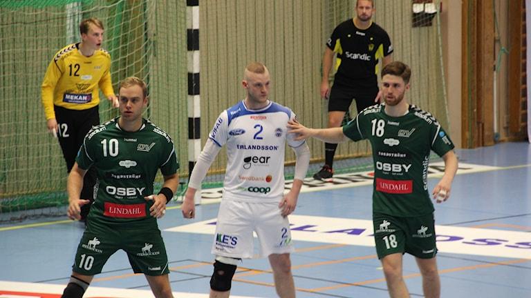 Andreas Lorentzon i HK Aranäs omgiven av Helsingborgspelare. Foto: Per Söderhjelm/ Sveriges Radio