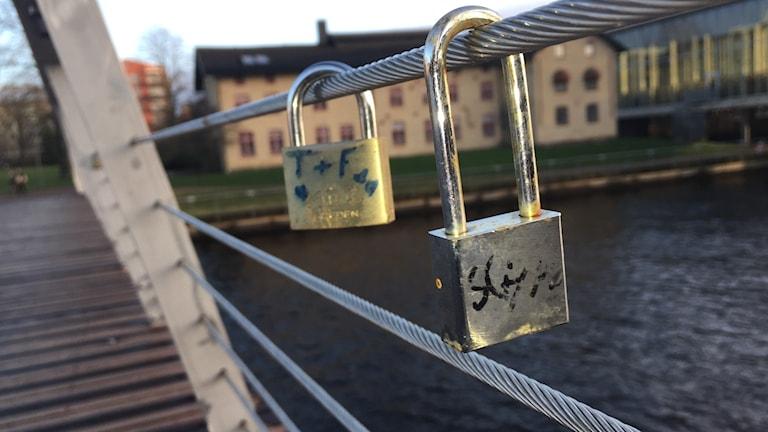 Bilden visar två så kallade kärlekslås på Gamletullsbron i Halmstad. Kommunen kan komma att låta dem vara kvar, men på en skulptur.