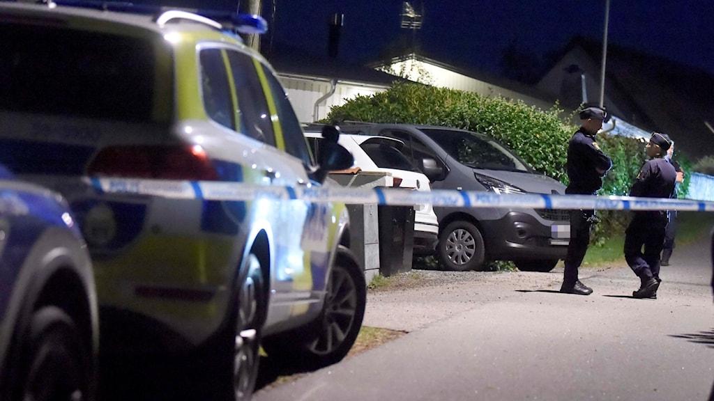 Poliser i ett villaområde.