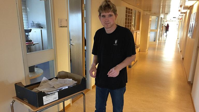 Jakob Nyqvist gör en av sina sysslor på Café Omsorgens hus dagliga verksamhet. Att tömma alla kontors pappersåtervinngar.