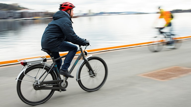 Man cyklar på elcykel.
