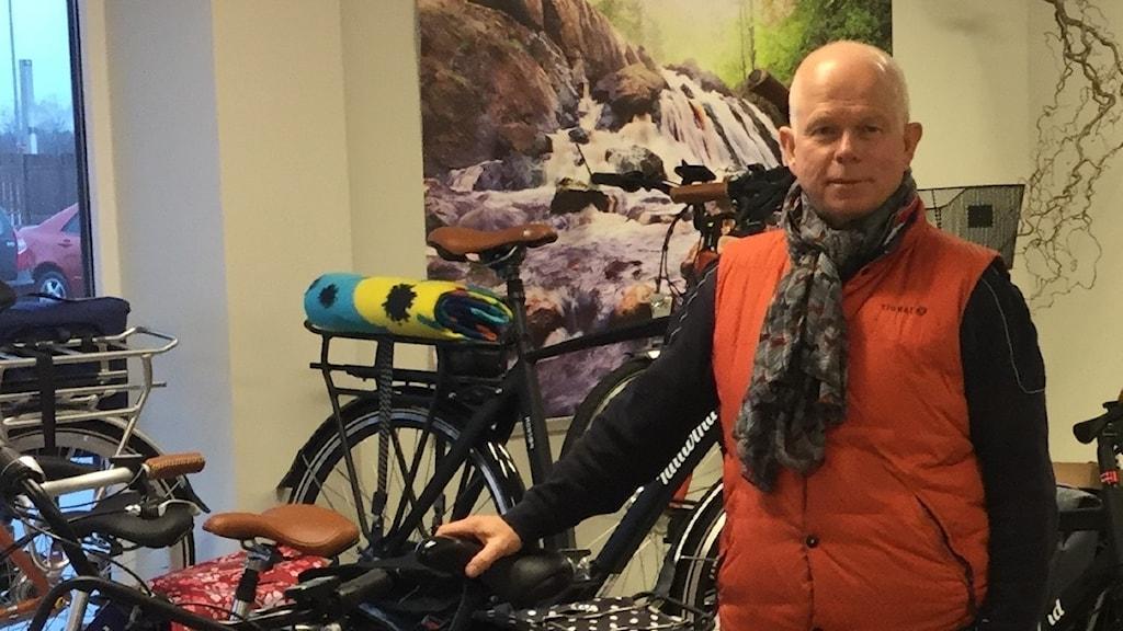 Bo Ny i sin cykelbutik på Flygstaden i Halmstad.