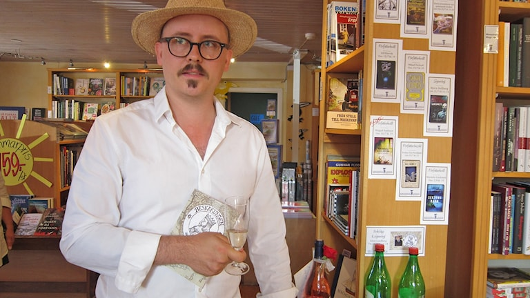 Linus Lundberg med sin nya bok Beskakungen. Foto: Göran Frost/Sveriges Radio