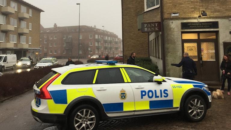 polisbilar vid pantbanken
