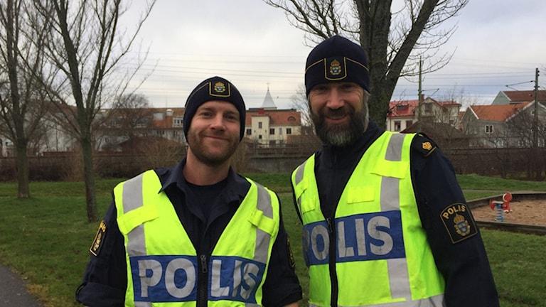 Bernhard Sandberg och Stefan Olsson, områdespoliser i uniform.
