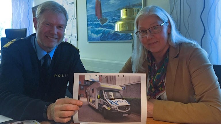 Anders Wiss lokalpolisområdeschef i Kungsbacka och Ann Rönnäng, kommunpolis ser båda fram emot att få ett mobilt poliskontor till Polisen Halland. Det mobila poliskontoret kommer främst att vara till för att lättare kunna vara nära medborgarna, men kan komma att ses vid fartkontroller och på större event.