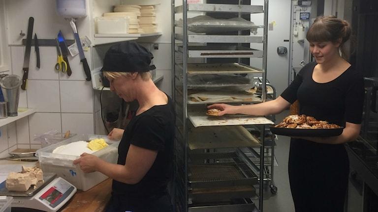 Ann-Sofie Lönnberg och Tilda Lundahl på Borgmästargården har fullt upp med att producera vinnarbullar.