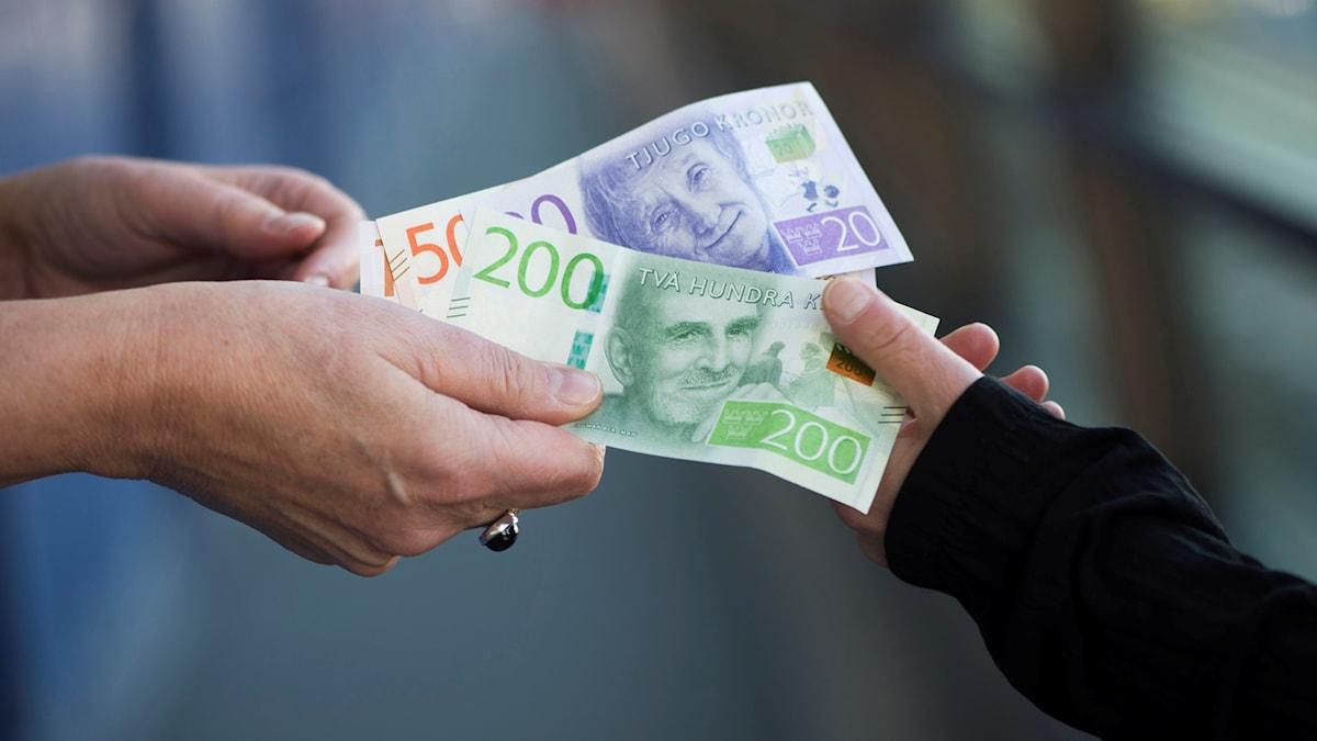 Pengar byter ägare. Foto: Fredrik Sandberg/TT.