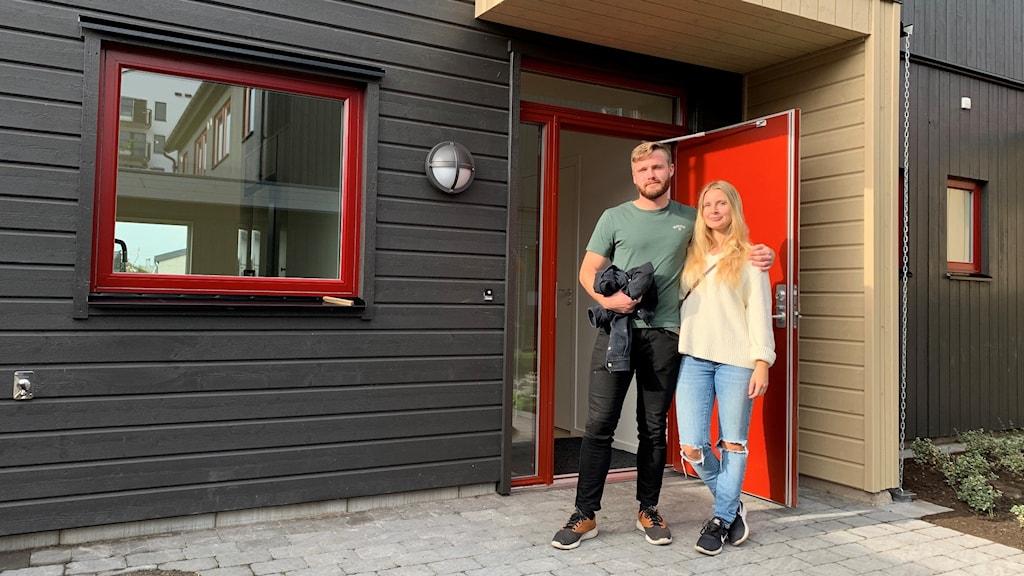 Jennie Gunnarsson och Eddie Härdeman står utanför sin nyköpta bostad.