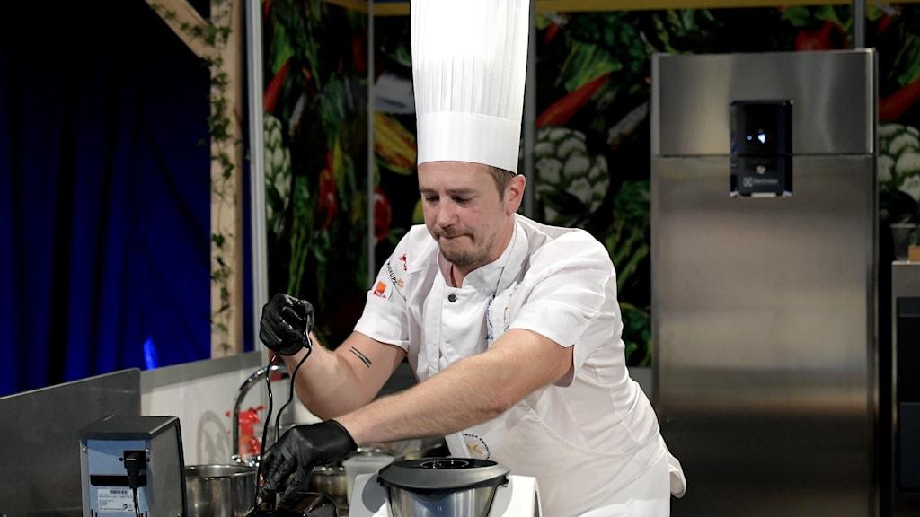 En kock arbetar i ett kök.