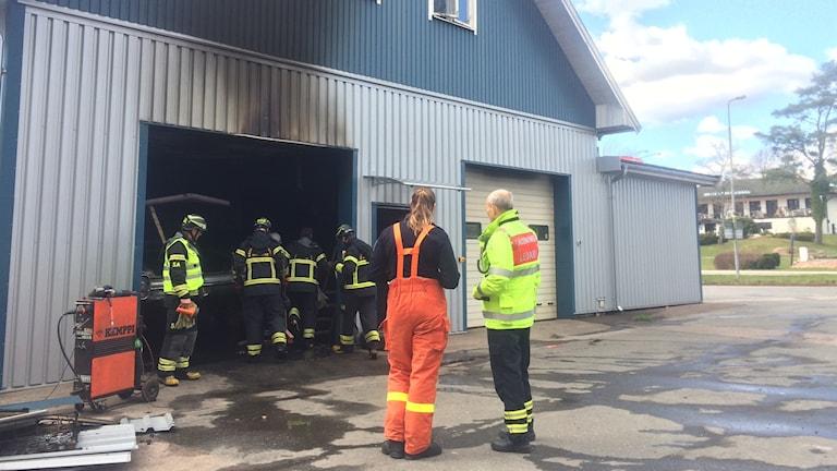När räddningstjänsten kom till platsen slog det lågor ut från porten vid verkstaden.