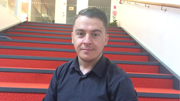 Kustrim Morina har fått fast anställning på en städfirma som projektledare.