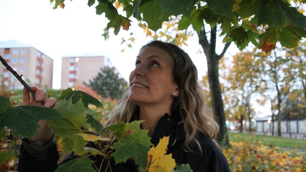 Elin Debora bland löv på Andersberg, Halmstad.