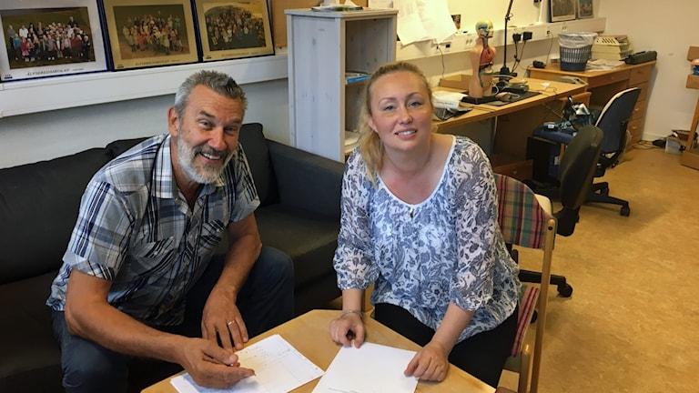 Christer Norrman och Marie Jansson sitter vid ett bord med papper framför sig.