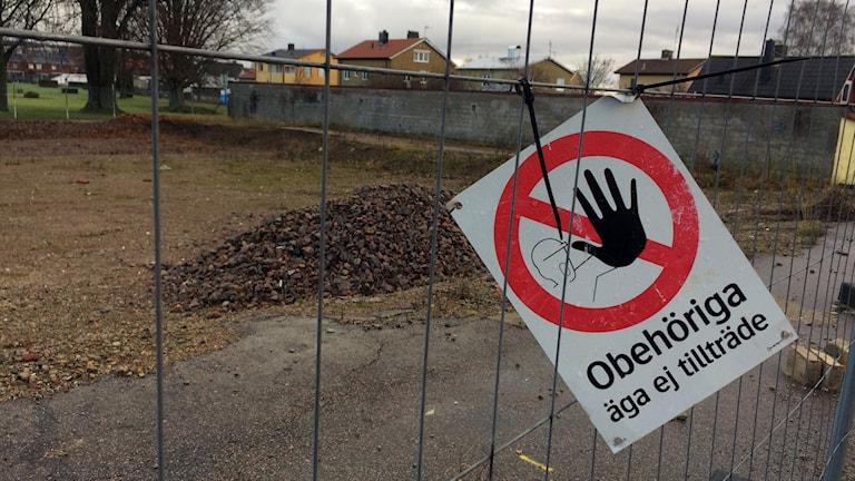 Obehöriga äga ej tillträde-skylt på ett staket framför en byggarbetsplats. Foto: Therese Wahlgren/Sveriges Radio.