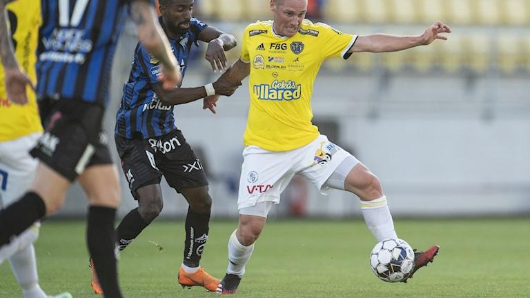 Falkenbergs Christoffer Carlsson och Sirius Mohammed Khalid Saeid i kamp om bollen. Foto: Björn Larsson Rosvall / TT