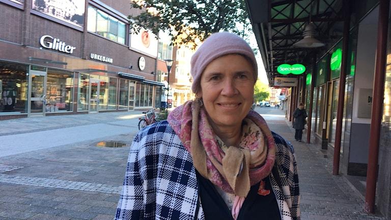 Elisabeth Erbris var en av de som svarade på P4 Hallands enkät. Hon tycker vi ska slopa blockpolitiken i Sverige.