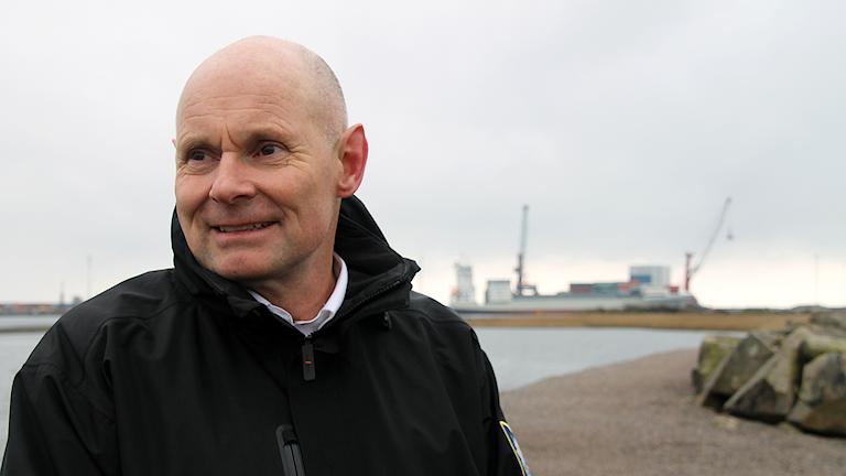 Magnus Ericson, brandingenjör räddningstjänsten Halmstad, står framför oceanhamnen i Halmstad. Foto: Therese Wahlgren/Sveriges Radio.