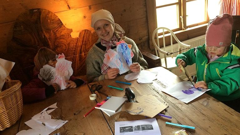 Inez och Nova påskpysslar tillsammans med personalen på Äskhults by.