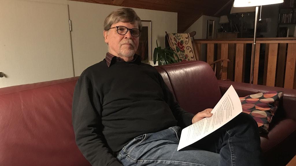 Roland Alström, ordförande för Demensföreningen Varberg, tittar in i kameran.