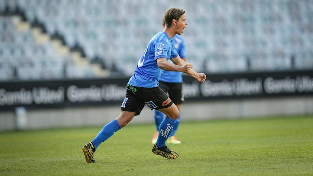Fotbollsspelare firar ett mål.