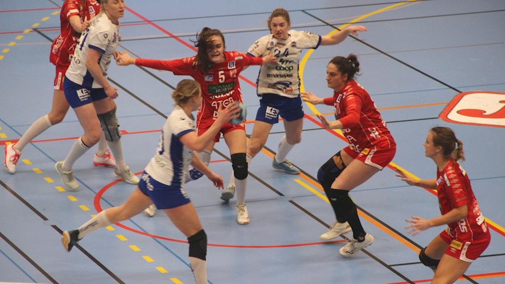 Damer spelar handboll