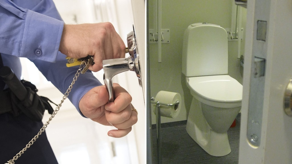 Närbild när en man i blå skjorta öppnar en häktesdörr samt en toalett.