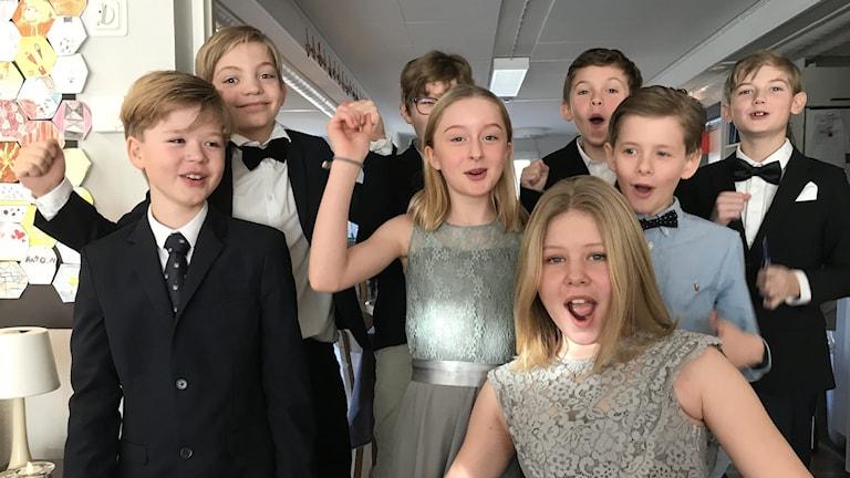 Klass 5 på Särö Montessoriskola firar att de blivit uttagna till Vi i femman.
