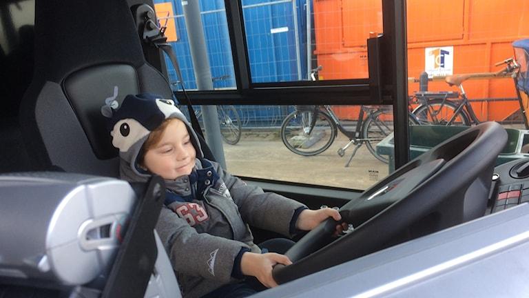 Femårige Lennox fick prova på att sitta i förarsätet på bussen när resecentrum invigdes i Halmstad.