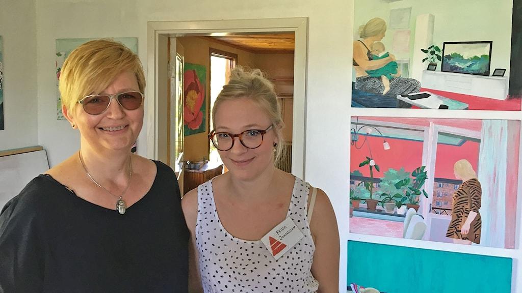 Sabina Gavrilovic från Konstliv Halland tittar in på Frida Johansson utställning. Foto: Per Qvarnström/Sveriges Radio