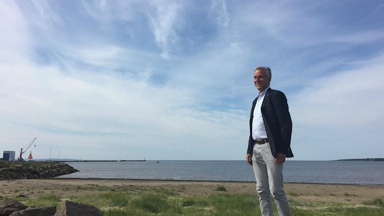 Tony Michaelsen blickar ut över Laholmsbukten.