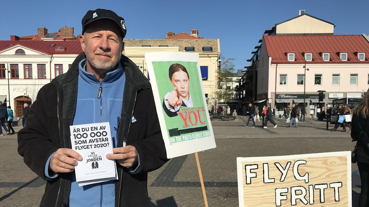 Carl-Göran Saxerbo delade ut flygblad på torget i Halmstad.
