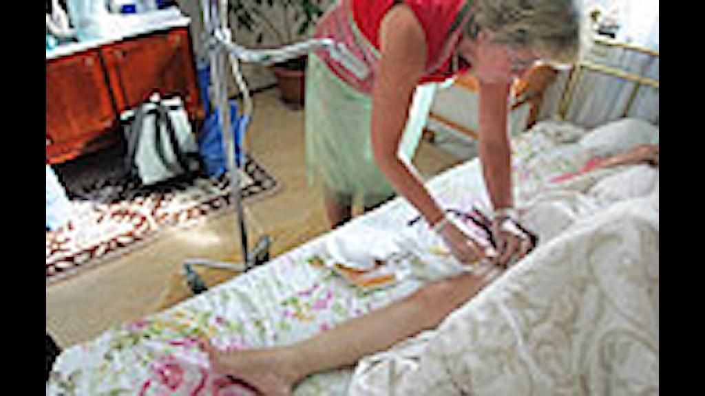 En sjuksköterska på hembesök. Foto: Fredrik Sandberg/Scanpix.