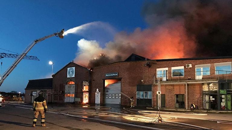 Det brinner i ett företagshotell nära Falkenbergs hamn.