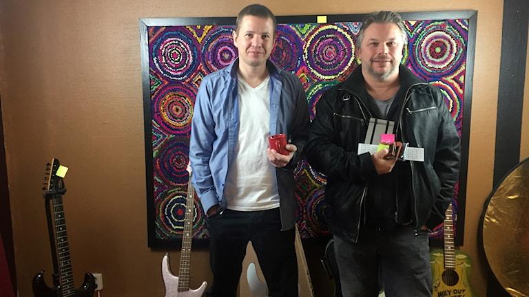 Tobias Karlsson från Gitarrutveckling i Falkenberg tillsammans med kompisen Einar Norrman framemot dagens megaloppis.